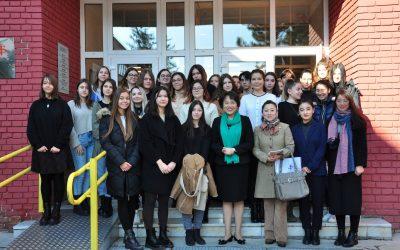Амбасадорка НР Кине, Њ.Е. госпођа Чен Бо посетила Филолошку гимназију